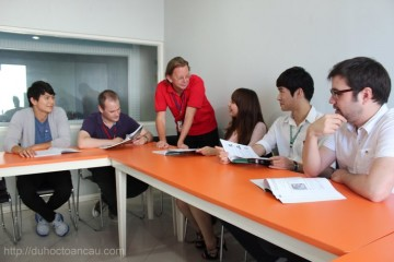 Giờ học tiếng Anh với giáo viên bản ngữ tại trường Philinter
