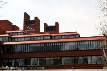 Hammersmith_Campus_of_Ealing,_Hammersmith_and_West_London_College_in_London,_spring_2013_