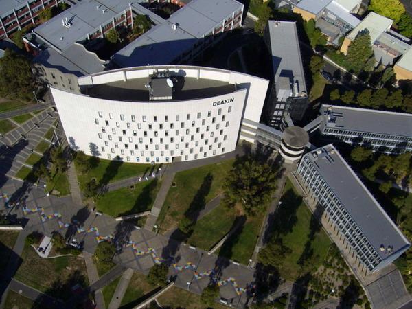 Sinh viên hoàn thành khóa học tại MIBT chuyển tiếp lên ĐH Deakin - một trong những trường ĐH lớn nhất ÚC.