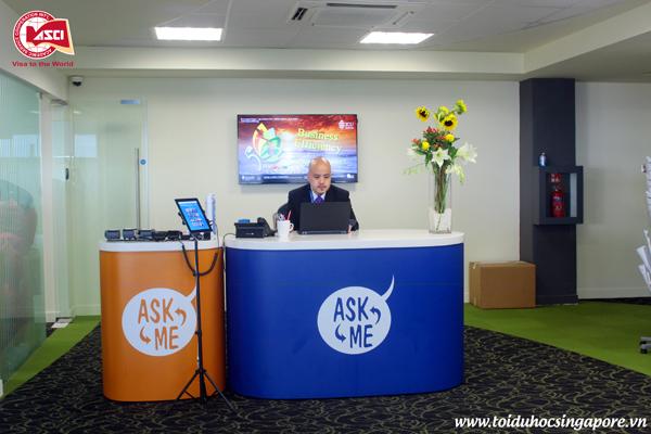 """1 trong 3 bàn """"Ask Me"""" được đặt trong Student Hub của Đại học James Cook, Singapore"""