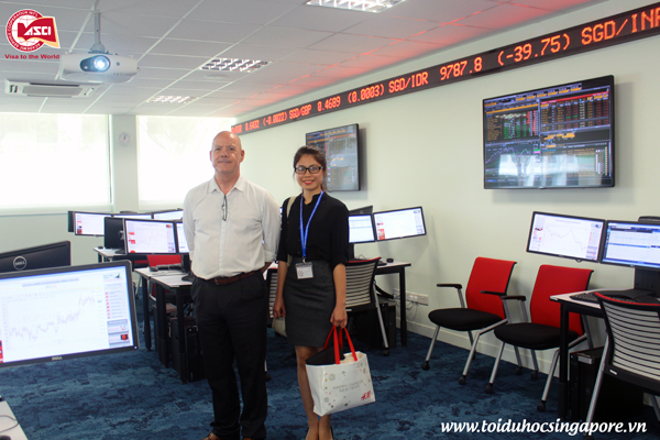 Đại diện <strong>duhoctoancau.com</strong> cùng thầy Tony Stevenson, Đại học James Cook, Singapore