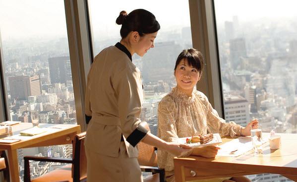 Sinh viên làm phục vụ nhà hàng tại Mỹ