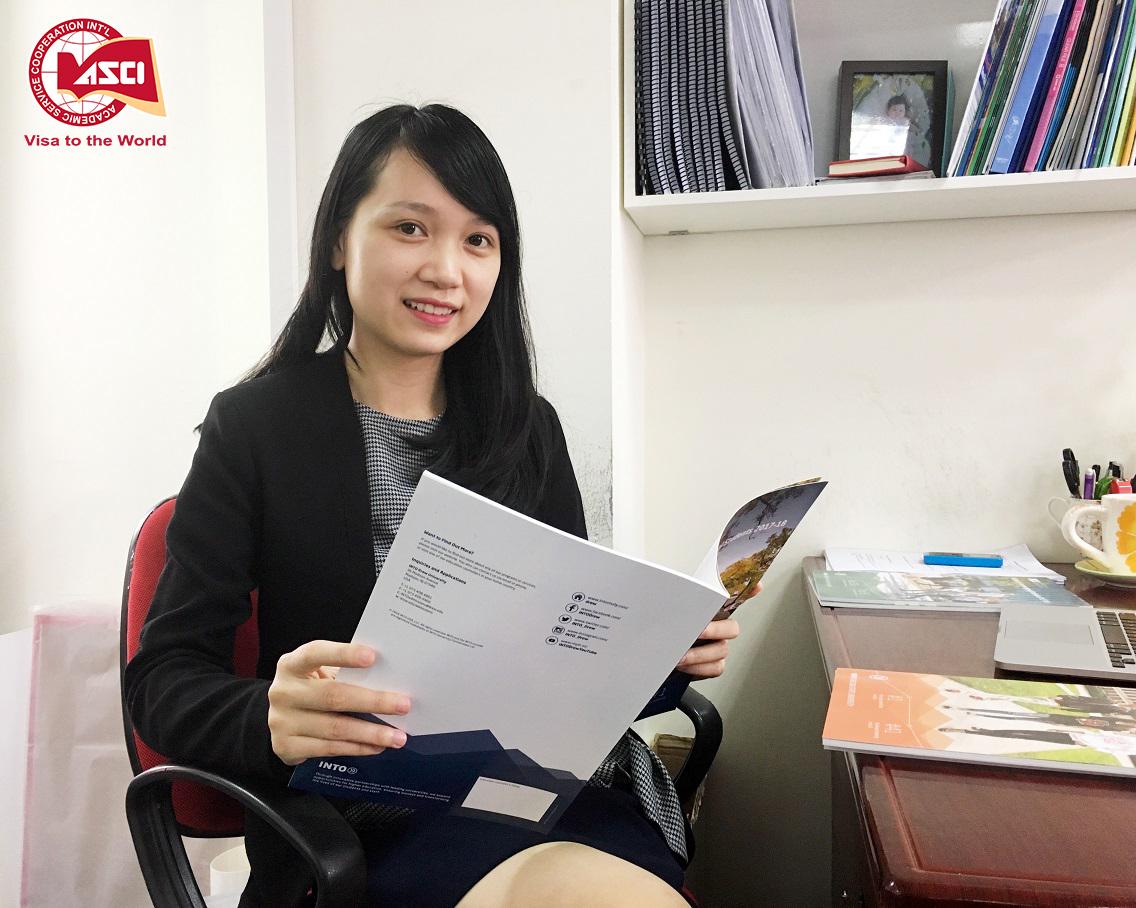Chị Hồ Thu Hoài bên góc làm việc thân thiết tại văn phòng Công ty Du học Toàn cầu ASCI