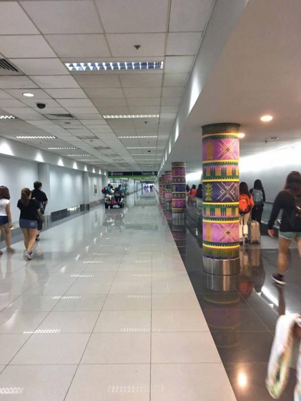 Lối đi dẫn đến quầy hải quản của sân bay Manila