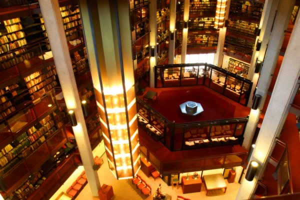University of Toronto sở hữu hệ thống thư viện lớn thứ 3 ở Bắc Mỹ, chỉ đứng sau Harvard University và Yale University của Mỹ
