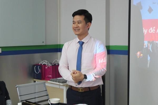 Anh Đào Trọng Thắng - Giám đốc Công ty Du học Toàn cầu ASCI phát biểu chào mừng tại buổi gặp mặt