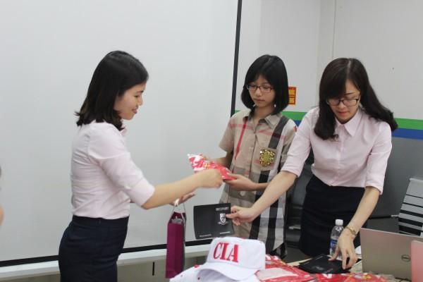 Các bạn học sinh đã nhận được nhiều phần quà tặng ý nghĩa cho chuyến đi sắp tới