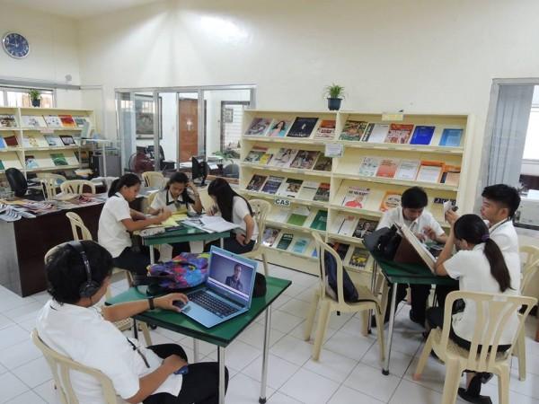 Do nằm trong trường đại học, nên cở sở vật chất của trường LSLC được trang bị rất đầy đủ tiện nghi