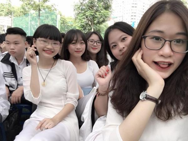 Hồng Giang (bên phải) cùng bạn bè tại trường