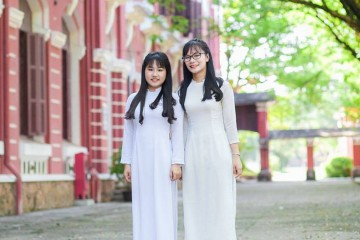 """Giao Linh - cô nữ sinh Huế """"con nhà người ta"""" (bên phải)"""