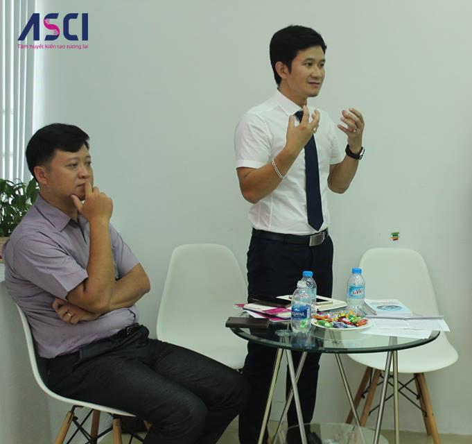 Anh Đào Trọng Thắng (bên phải) đã có những chia sẻ rất tâm huyết về chủ đề về hướng nghiệp tại hội thảo được tổ chức gần đây