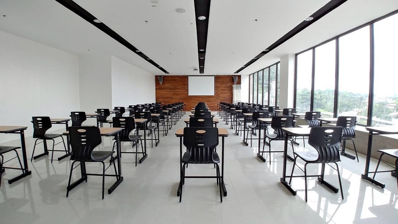 Phòng học rộng rãi và được trang bị đầy đủ cơ sở vật chất