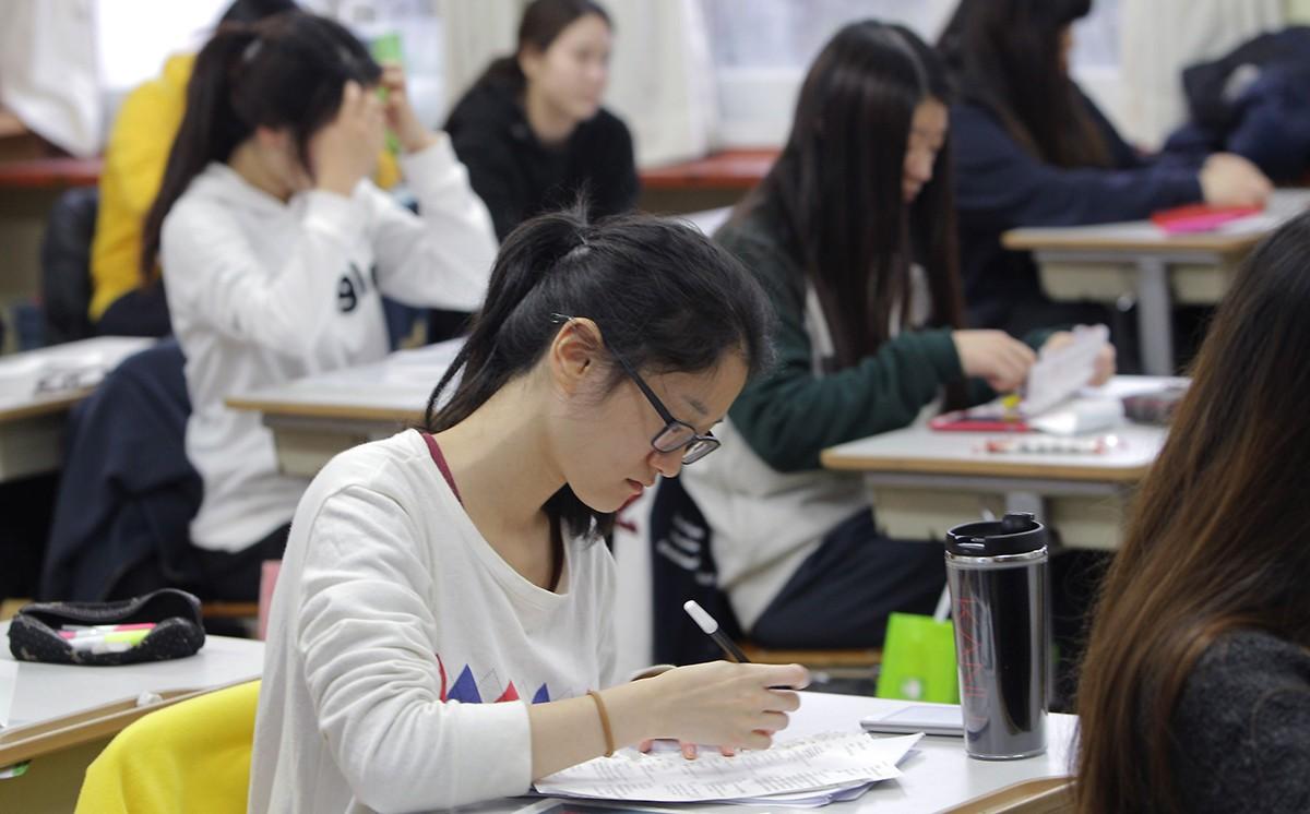 Các du học sinh nên học hành thật chăm chỉ để nâng cao khả năng tiếng Hàn khi mới sang Hàn Quốc