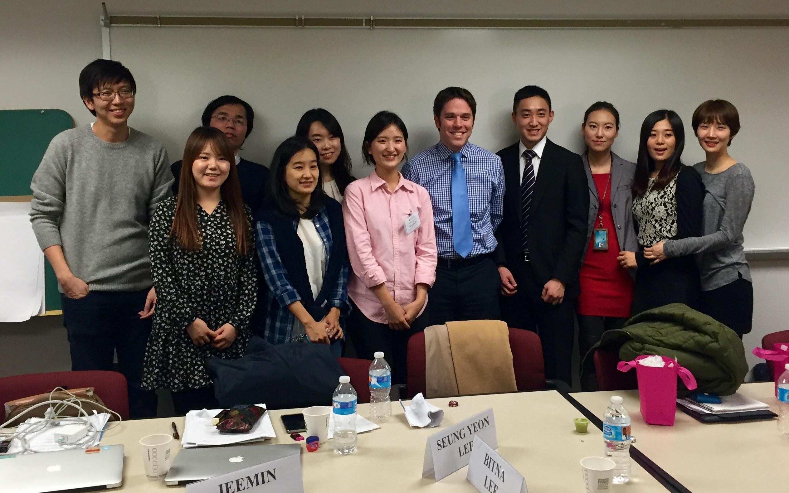 Bạn bè, thầy cô xung quanh bạn có thể là nguồn thông tin quý giá về các cơ hội làm thêm tại Hàn Quốc