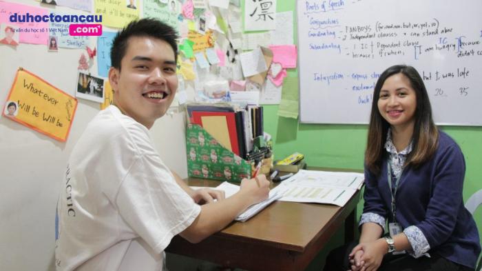 Giáo viên và học viên lớp 1:1 tại học viện Pines Philippines