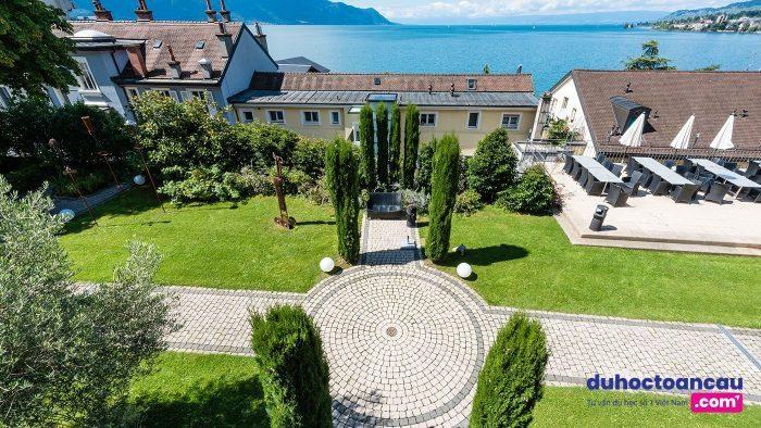 Khuôn viên của Học viện Khách sạn Montreux là nơi sinh viên trải nghiệm sự pha trộn tuyệt vời giữa giáo dục khách sạn truyền thống của Thụy Sĩ và nghiên cứu kinh doanh đương đại của Mỹ