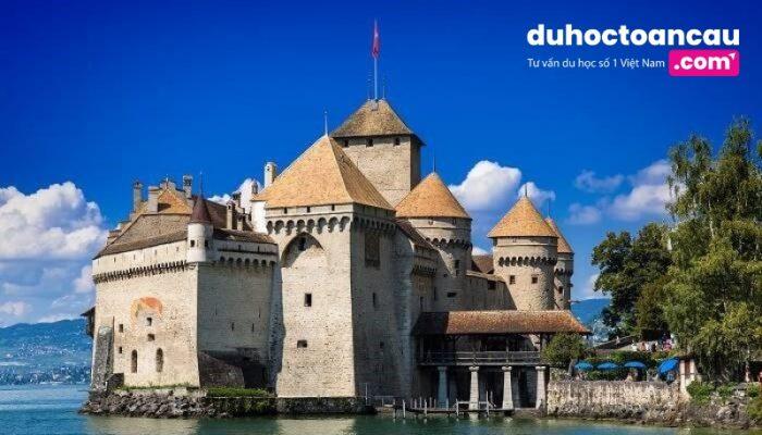 Montreux – cổng ngõ của dãy Alps – là thành phố nơi tọa lạc tòa tháp Chillon, địa danh lịch sử được ghé thăm nhiều nhất Thuỵ Sỹ