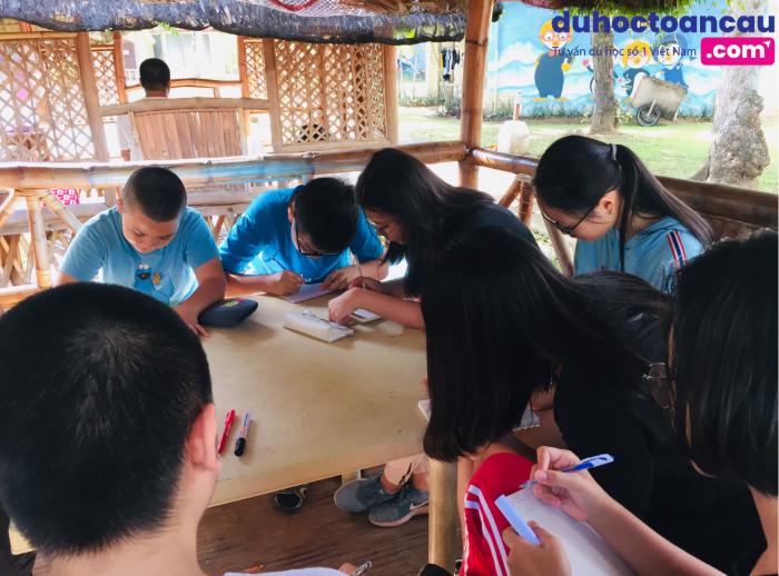 Một lớp học nhóm của các bạn nhỏ trại hè tiếng Anh ELSA, Philippines