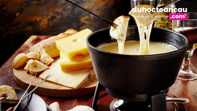 """Bạn sẽ được phục vụ phô mai nóng chảy ăn với bánh mì ngay tại """"núi thần tiên"""" Engelberg"""