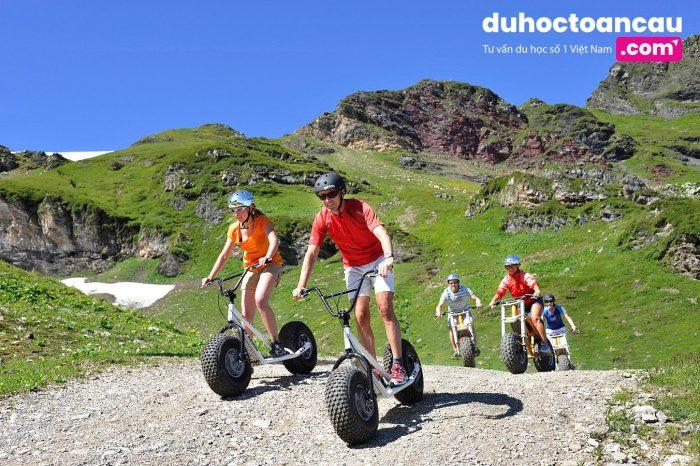 Xuống núi bằng xe đạp không yên, không có bàn đạp cũng rất thú vị đó nhé